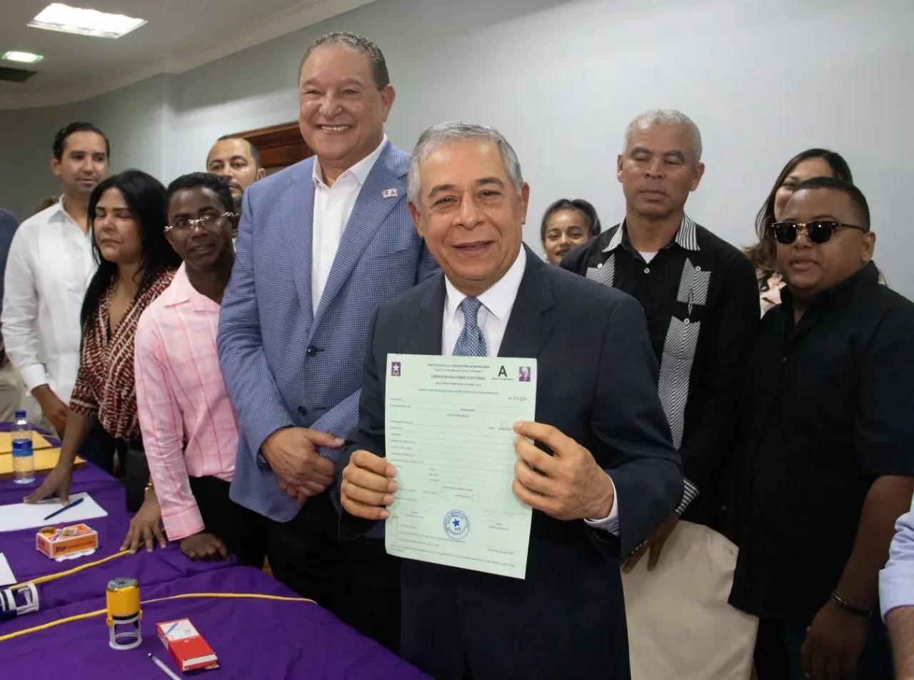 Roberto Salcedo inscribe precandidatura a senador por el Distrito Nacional