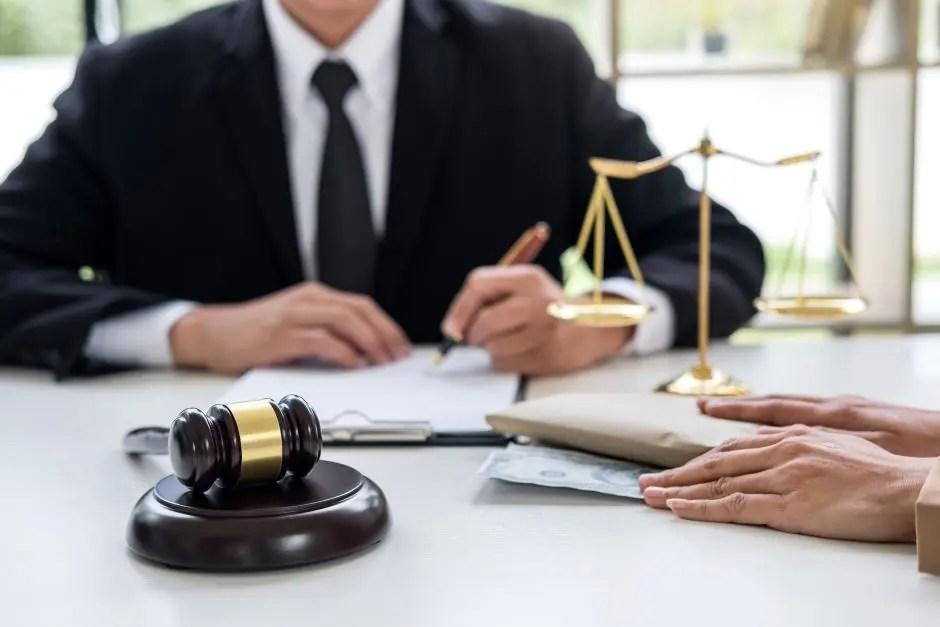 Dictan medidas de coerción contra abogado acusado de estafar imputados