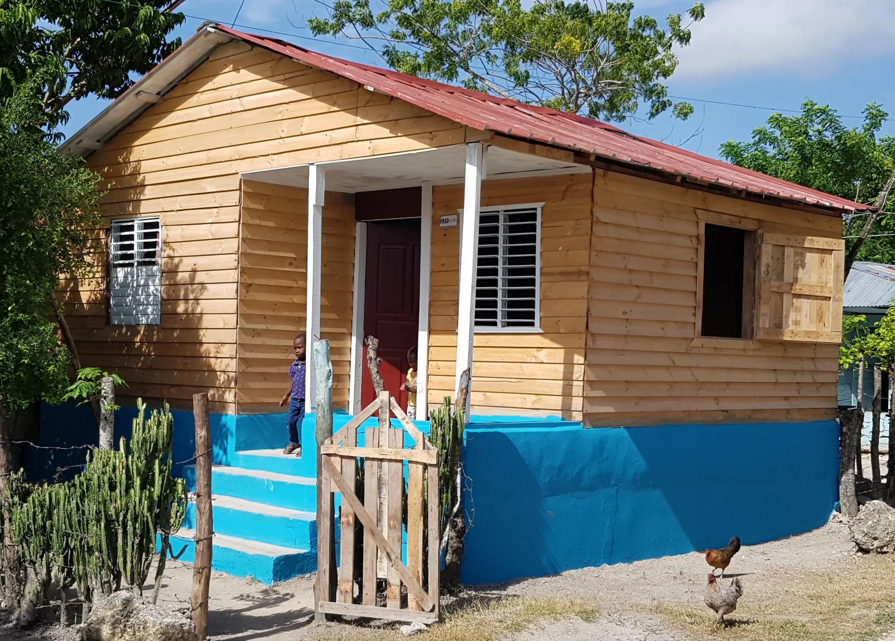Finca Unidad dona dos viviendas mejoradas a mujeres de escasos recursos