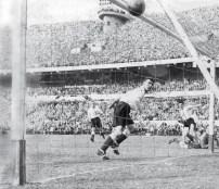 Gol de Ernesto Grillo Argentina 3 - Inglaterra 1 14/5/53 Foto: Archivo El Grafico