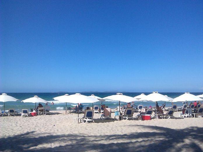 La playa cuenta con toldos y servicios para los bañistas