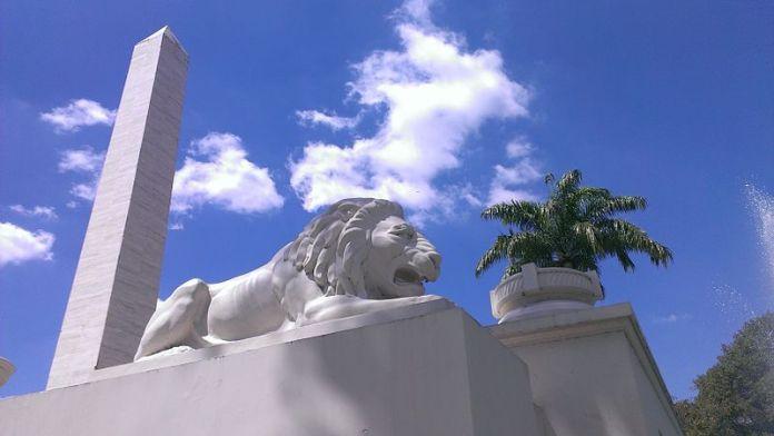 Escultura de un león, símbolo de Caracas, en el Paseo Los Próceres