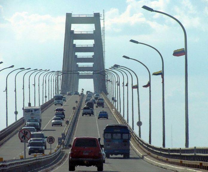 Cruzando el Puente General Rafael Uirdaneta