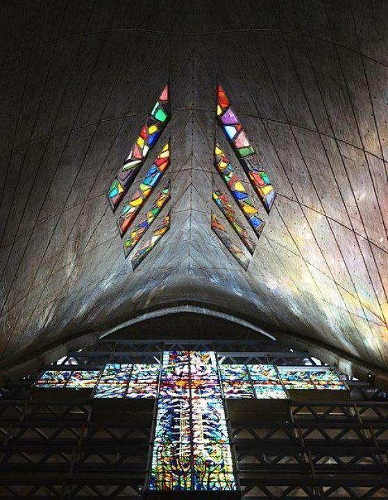 Vitrales en la Doble Hiperboloide Elíptica del Santuario