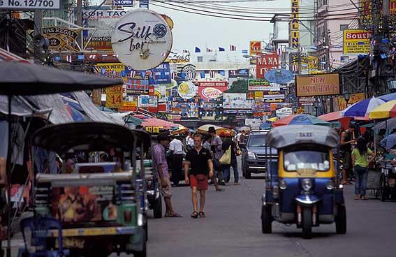 El caos espiritual de Bangkok: Budas de oro, monjes, picante, ruido y pobreza.