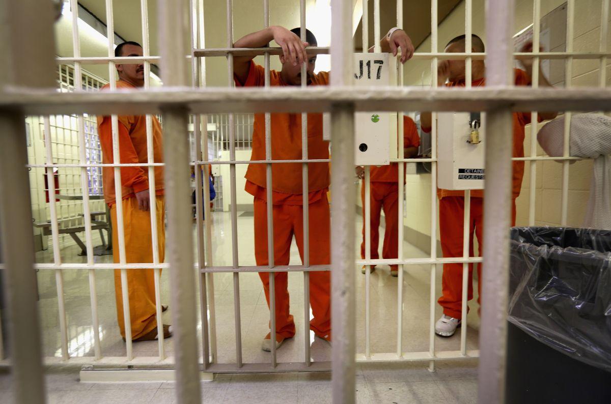 Exigen un plan de vacunación de presos ante el peligroso brote de COVID-19 en 14 cárceles de Nueva York