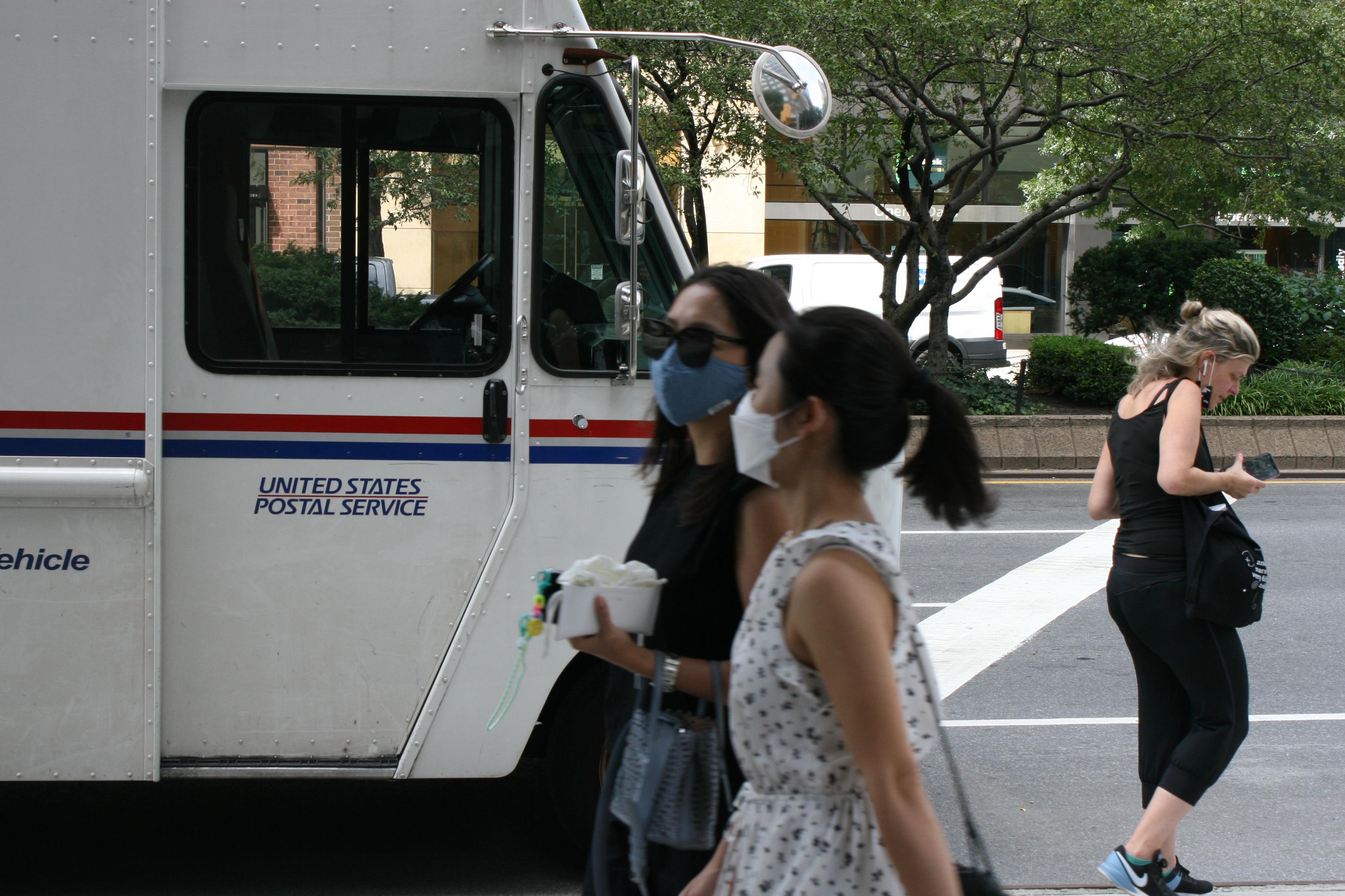 Mujer secuestró un camión USPS y causó choque múltiple en Nueva York