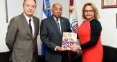 El magistrado presidente MIlton Ray Guevara entrega kit de publicaciones a la embajadora dominicana en Francia, Rosa Hernández de Grullón.