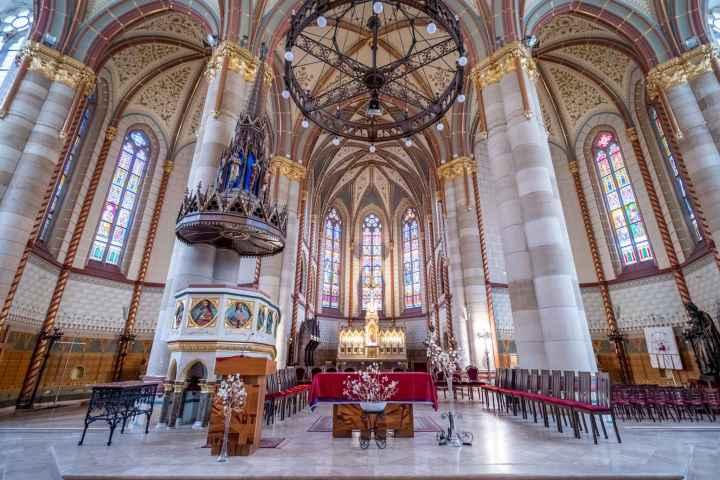 Inside Árpád-házi Szent Erzsébet Plébániatemplom