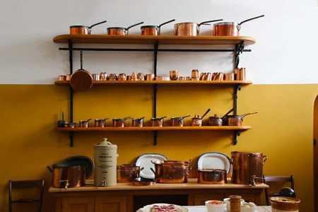 Des étagères judicieusement disposées permettent de stocker un nombre impressionnant d'équipements dans un faible espace