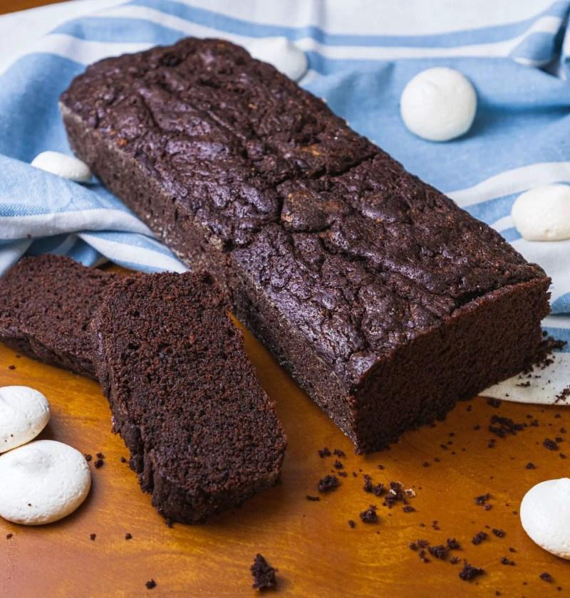 Cake au chocolat et au café avec des meringues