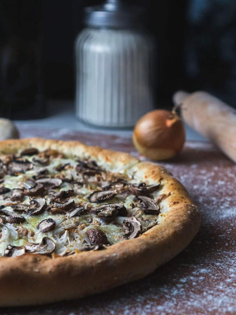 Pizza crème, chèvre, thon et champignons