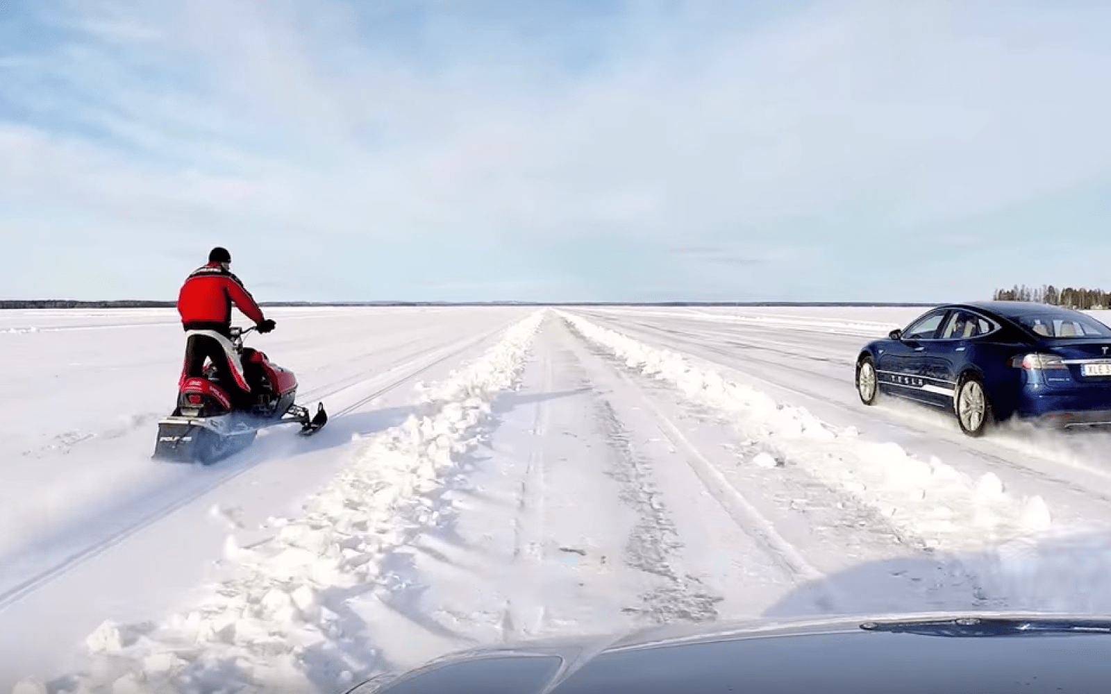 Drag race between a Tesla Model S P90D Ludicrous and a Snowmobile