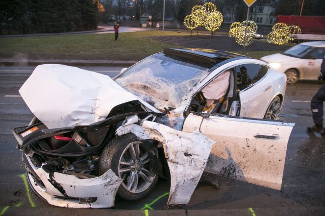 tesla-model-s-accident-estonia-4