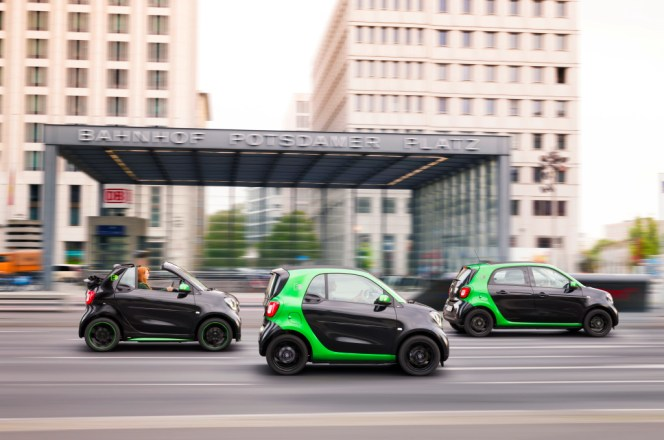 smart electric drive; Exterieur: schwarz; Interieur: schwarz ;Elektrischer Energieverbrauch gewichtet: 13,1 - 12,9 kWh/100 km; CO2-Emissionen kombiniert: 0 g/km smart electric drive; exterior: black; interior: black; Electric power consumption, weighted: 13.1 - 12.9 kWh/100km; CO2 emissions combined: 0 g/km