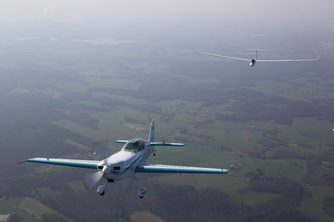 Freitag, 24. März 2017, Friday, March 24, 2017 at the Dinslaken Schwarze Heide airfield in Germany: the Extra 330LE powered by the record-propulsion system from Siemens became the world's first electric aircraft to tow a glider into the sky. The nearly silent aerotow piloted by Walter Extra took a type LS8-neo glider up to a height of 600 meters in only 76 seconds.