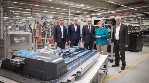 Grundsteinlegung bei ACCUMOTIVE in Kamenz für eine der größten und modernsten Batteriefabriken der Welt: Bundeskanzlerin Dr. Angela Merkel im Gespräch mit Dieter Zetsche (Vorstandsvorsitzender der Daimler AG und Leiter Mercedes-Benz Cars) und zwei Mitarbeitern von ACCUMOTIVE in Begleitung des sächsischen Ministerpräsidenten Stanislaw Tillich sowie Markus Schäfer (Mitglied des Bereichsvorstands Mercedes-Benz Cars, Produktion und Supply Chain) und Frank Blome (Geschäftsführer Deutsche ACCUMOTIVE GmbH & Co. KG). Groundbreaking at ACCUMOTIVE in Kamenz for one of the world's biggest and most modern battery factories: Federal Chancellor Dr. Angela Merkel in a conversation with Dieter Zetsche (Chairman of the Board of Management of Daimler AG and Head of Mercedes-Benz Cars) and two employees of ACCUMOTIVE accompanied by Minister President of Saxony Stanislaw Tillich as well as Markus Schäfer (Member of the Divisional Board of Mercedes-Benz Cars, Production and Supply Chain) and Frank Blome (Managing Director Deutsche ACCUMOTIVE GmbH & Co. KG).