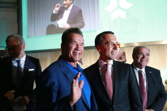From left to right: Arnold Schwarzenegger with the Austrian Federal Chancellor Mag. Christian Kern and Vice Chancellor Univ.-Prof. Dr. Wolfgang Brandstetter (Copyright: Martin Hesz / Kreisel Electric) (PRNewsfoto/Kreisel Electric)