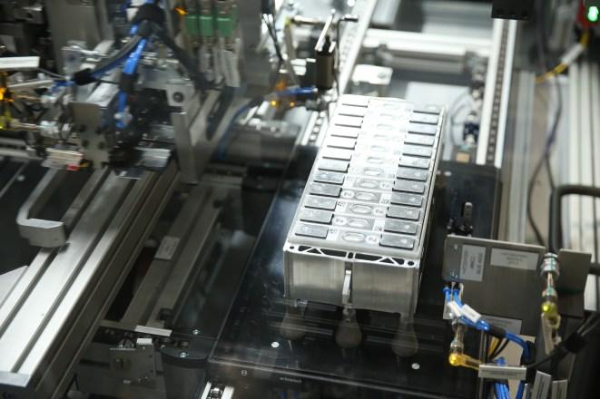 P90283617_highRes_battery-cells-combin