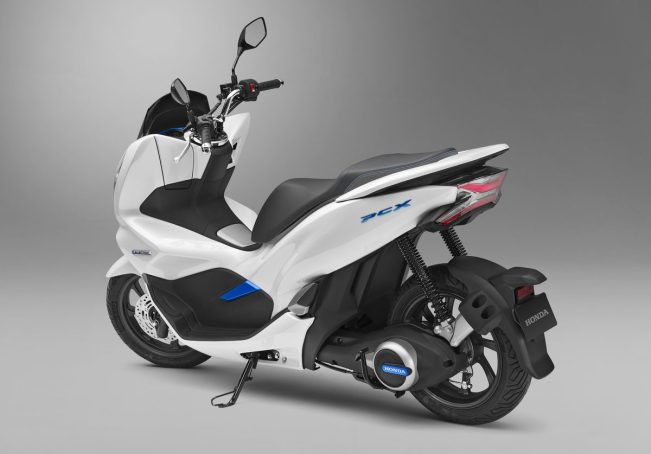 The PCX Electric is an all-electric shooter outfitted with Honda's unique high-output electric motor aiming for a more harmonious mobility performance in urban traffic with a removable Honda Mobile Power Pack.