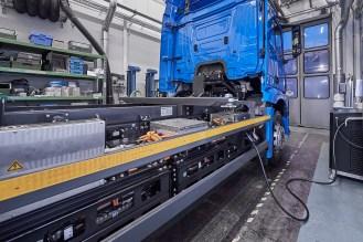 Mercedes-Benz eActros im Einsatz: Der vollelektrische Mercedes-Benz Lkw für den schweren Verteilerverkehr fährt lokal emissionsfrei und leise in Städten. Bis zu 200 Kilometer Reichweite mit gewohnter Fahrleistung und Nutzlast. Technische Daten: Exterieur, 2 x elektrischer Radnabenmotor, 240 kW, 2 x 485 Nm, Radformel 6x2, M-Fahrerhaus Mercedes-Benz eActros on the road: The all-electric Mercedes-Benz truck for the heavy-duty distribution sector drives locally emission-free and quiet in urban areas. Range of up to 200 km with customary level of performance and payload. Technical Data: exterior, 2 x electric hub motor, 240 kW, 2x 485 Nm, wheel formula 6x2, M-cab