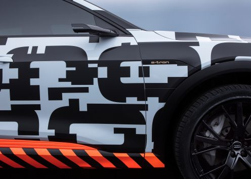 Mimicking the high-voltage grid, orange elements illustrate the fact that the Audi e-tron prototype is fully electric – the lower part of the car, for example, is encircled with alternating orange and black segments.