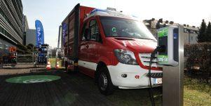 Kreisel_Electric__E-Feuerwehrauto-vor-Ladestation-1024x640