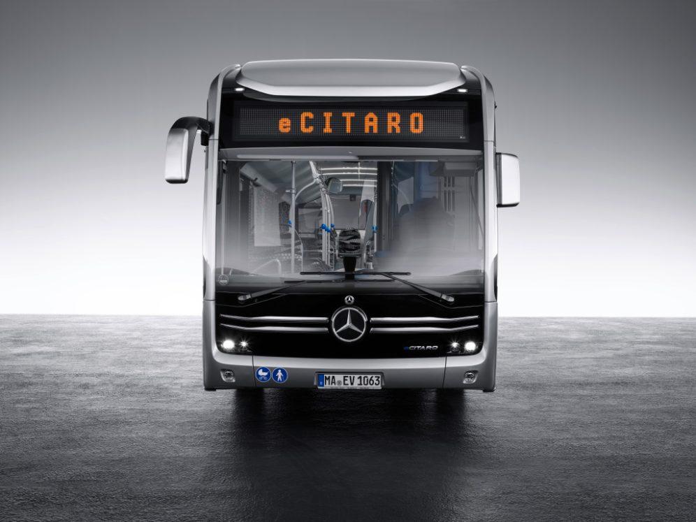Mercedes-Benz eCitaro mit vollelektrischem Antrieb, Exterieur, anthrazit metallic, 2 x elektrischer Radnabenmotor, 2 x 125 kW, 2 x 485 Nm, LED-Scheinwerfer, Länge/Breite/Höhe: 12.135/2.550/3.400mm, Beförderungskapazität: 1/86. Mercedes-Benz eCitaro with all-electric drive, exterior, anthracite metallic, 2 x electric hub motor, 2 x 125 kW, 2 x 485 Nm, LED headlamps, length/width/height: 12135/2550/3400 mm, passenger capacity: 1/86.