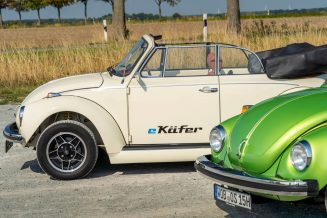 The e-Beetle and a green Beetle with boxer engine