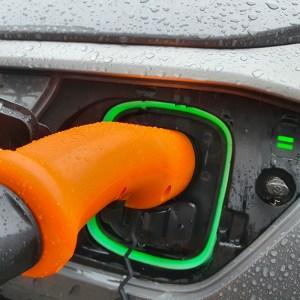 recharge vehicule electrique sous la pluie - About us