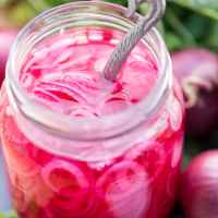 Swedish pickled red onion (picklad rödlök)