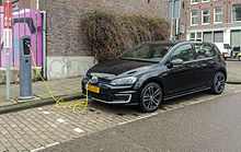 Black_VW_Golf_GTE_charging