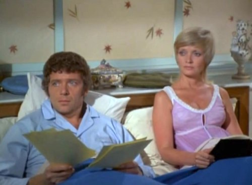 Robert_Reed_Florence_Henderson_Brady_Bunch_Bedroom_1973-500x368