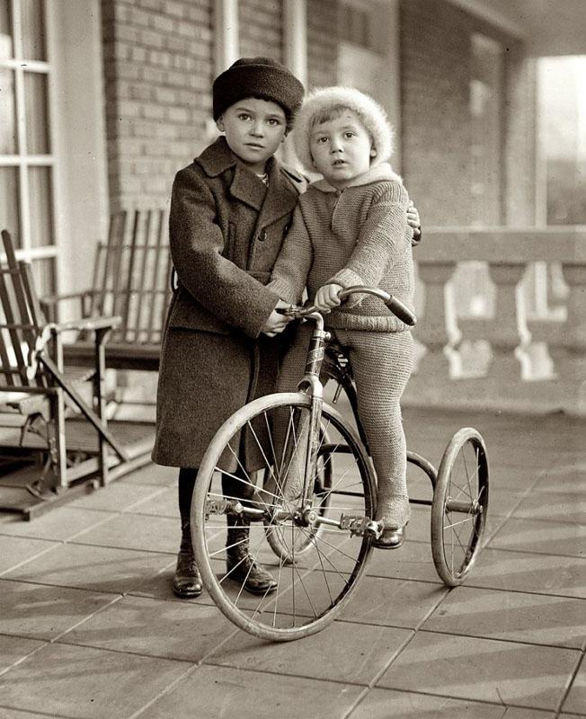 детский портрет, старинный трехколесный велосипед.