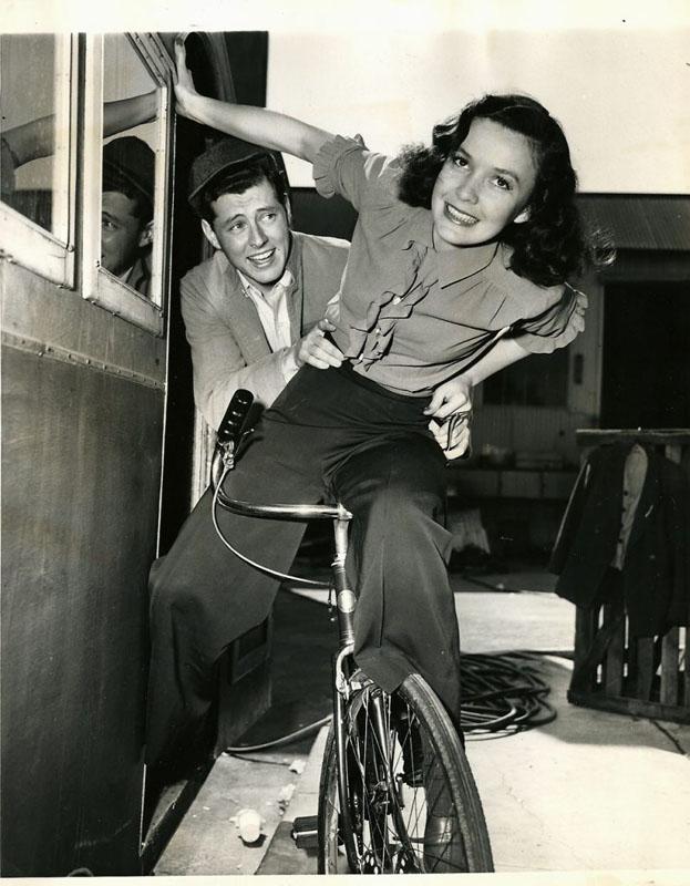 Мэри Андерсон и Эдвард Райан на велосипеде. 1945 год.