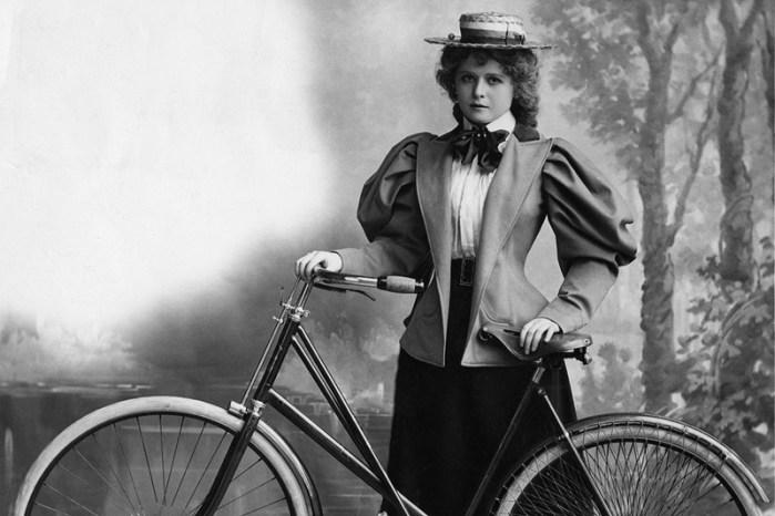 старинный студийный портрет девушки с велосипедом