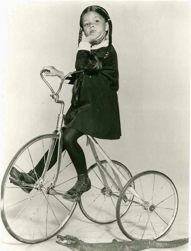 Лиза Лоринг (Lisa Loring) в детстве на свое велосипеде. Американская актриса. Наиболее известна в роли Венсди Аддамс в сериале «Семейка Аддамс»..