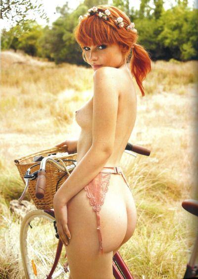 велоэротика фотография обнаженной девушки в белье на велосипеде