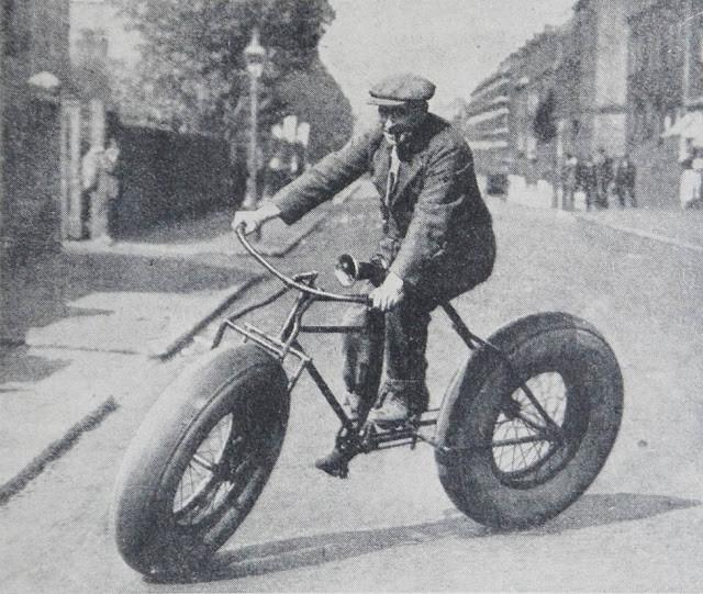 старинный велосипед на толстых шинах
