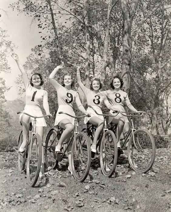 старинная фотография девушки на велосипедах