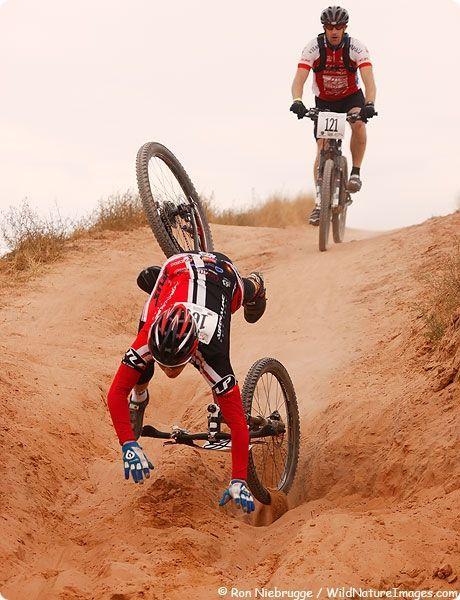 падение с горного велосипеда на соревнованиях