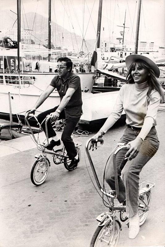 Питер Селлерс и его жена Бритт Экланд на французских велосипедах Stella. Монте-Карло, 1967 год.