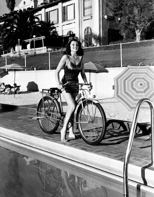 ретрофотография девушка на велосипеде