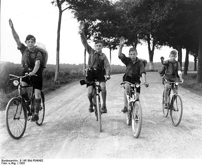мальчики на старинных немецких дорожных велосипедах