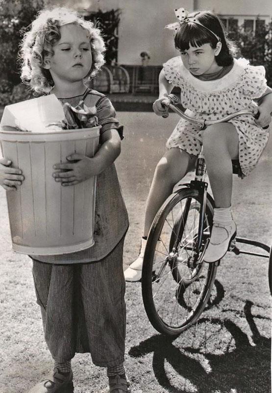 девочка на трехколесном велосипеде ретро