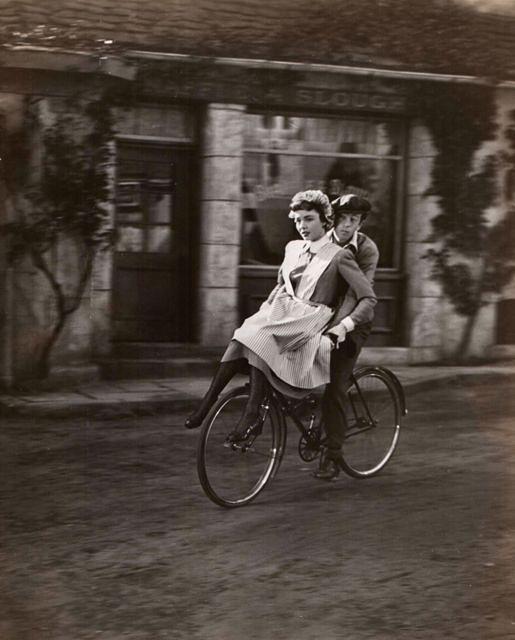 Дженнифер Джонс катается на велосипеде с Брэдом Слэйвеном, 1946 год.