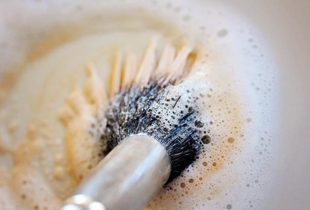 how to clean MAC makeup brushes with dish soap!