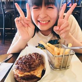 肉好きの森七菜が食べる肉バーガー