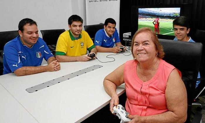 A dona de casa Elenice Morete entre os amigos Pedro Naus e Felipe André, e os netos Fernando e Guilherme Romero (ao fundo) na Simulação dos Jogos da Copa do Mundo em Games. - Luiz Morier / Agência O Glob Read more: http://oglobo.globo.com/rio/bairros/idosa-de-75-anos-descobre-prazer-dos-games-e-destaque-em-feira-de-jogos-eletronicos-13255720#ixzz37dSXOUBO