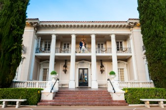 couple in front of grand island mansion